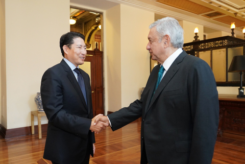 Chairman Cho Hyun-joon of Hyosung Group (left) had a meeting with President Andres Manuel Lopez Obrador of Mexico (right) recently at the Presidential Palace in Mexico City to discuss ways of cooperation between the two parties, including the 'Rural ATM Project.' (Photo: Business Wire)