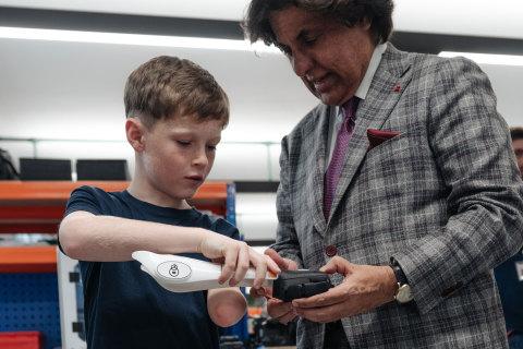 10歳のJacob Pickeringくんがオープン・バイオニクスのヒーロー・アームの3D印刷パーツをテジ・コーリ財団共同創立者のテジ・コーリと共に確認(写真:ビジネスワイヤ)