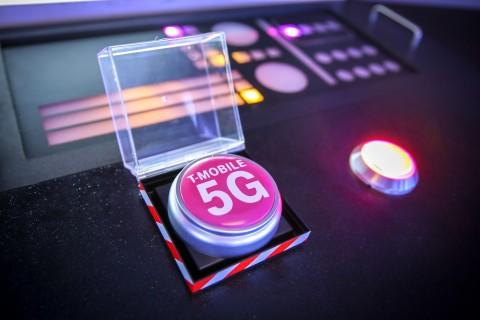 Los executivos de T-Mobile prendiendo la primera 5G nacional de Estados Unidos (Photo: Business Wire)