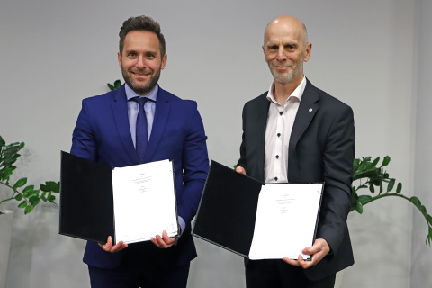 Zbigniew Leszczynski, PKN ORLEN S.A. Chief Development Officer, and Grzegorz Czul, Fluor General Manager (L to R), celebrate the PMC contract signing for the PKN ORLEN Olefins expansion project in Poland. (Photo: Business Wire)