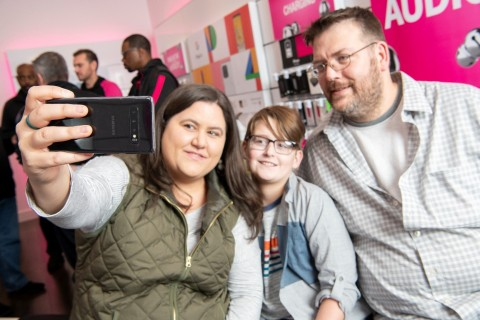 The Kotzatoskis, America's first family to get nationwide 5G, snag a selfie with the new OnePlus 7T Pro 5G McLaren in the T-Mobile store in Lititz, PA. (Photo: Business Wire)