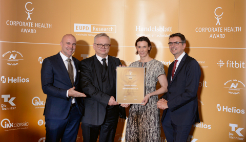 Ceremonial handover of the seal of excellence at the Corporate Health Award ceremony. From left to right: Markus A.W. Hoehner, Managing Director of EuPD Research; Dieter Schade, Vice President HR Business Partner & Service at Vetter; Petra Hagel, former Head of Vetter's Occupational Health Management; and Pascal Gerckens, Member of the Executive Board of Handelsblatt Media Group. Image rights: EuPD/Handelsblatt