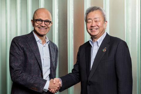 Satya Nadella, CEO, Microsoft (left), Jun Sawada, CEO, NTT (right) (Photo: Business Wire)