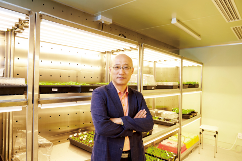 Konkuk University announced on December 12 that a team of Professor Dae-jin Yun at Konkuk Institute of Technology identified the drought-tolerant process for the first time at the molecular level and prepared a new biography for the development of anti-desert crops. The team synthesizes the stress hormone Abscisic Acid (ABA) when the plant is exposed to a dry environment, activates the biodefense genes, closes the pores, prevents evaporation of moisture in the body, and resists drying. For the first time, the entire molecular process for how involved receptors (PYL), diphosphatase (ABI), and phosphatase (OST1) are activated and destroyed is identified. The study was published in the September issue of the renowned Botanical journal, Molecular Plant (IF = 10.8, top 1.5%). * Paper title: Rheostatic Control of ABA Signaling through HOS15-Mediated OST1 Degradation * Author: Prof. Dae-jin Yun (corresponding author, Konkuk University), Dr. Akhtar Ali (1st author, Konkuk University) (Photo: Business Wire)
