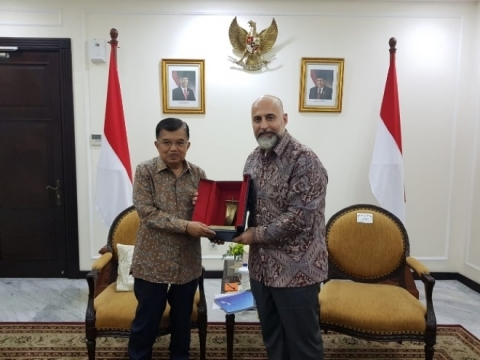 Indonesia Vice President H. E. Jusuf Kalla congratulates GCEL Co-Chairman Captain Salloum on global initiative digitizing Indonesia and its trade partners (Photo: Business Wire)