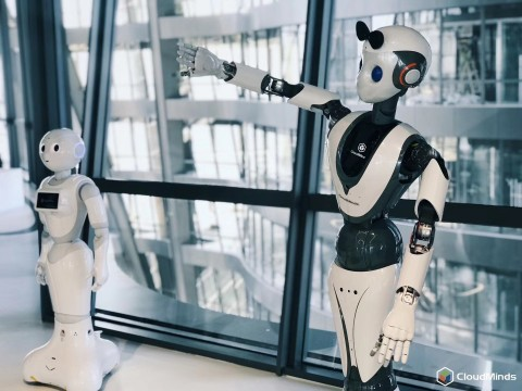 CloudMinds' Cloud Pepper and XR-1 intelligent humanoid robots. (Photo: Business Wire)