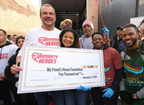 Advanced Nutrients Founder and CEO BigMike Straumietis, left, teams up with My Friend's House Foundation's Founder Tiffany Rose to pay it forward this holiday season on Skid Row on December 21, 2019 in Los Angeles. (Casey Rodgers/AP Images for Advanced Nutrients)