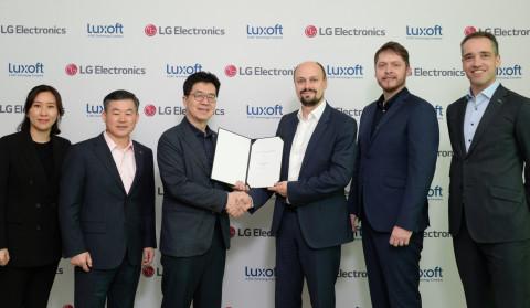 LG電子和Luxoft在2020年1月7日舉行的合資協議簽署儀式,(左起)Heewon Choi(LG電子軟體業務專案管理部門副總裁),Jonggyu Kim(Zenith總裁兼LG電子資深副總裁),I.P. Park(LG電子科技長)(右起)Markus Kissendorfer(Luxoft汽車銷售資深副總裁),Vildan Hasanbegovic(Luxoft汽車合作部總監),Mikhail Bykov(Luxoft汽車解決方案資深副總裁)(照片:美國商業資訊)