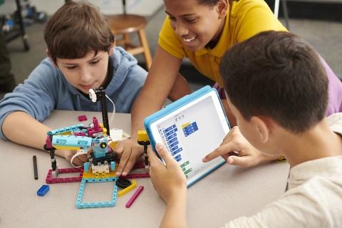 包括LEGO® Education SPIKE™ Prime科创套在内的乐高教育全系列产品组合旨在提升学生动手实践式学习能力,培养学生的审辩式思维技能。(照片:美国商业资讯)