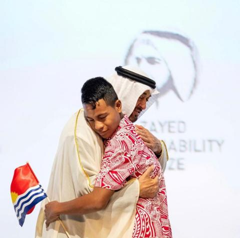 HH Sheikh Mohamed bin Zayed with a student from the Eutan Tarawa IETA Junior Secondary School (Photo: AETOSWire)