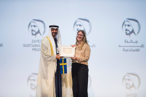 HH Sheikh Mohamed Bin Zayed with the winner from GLOBHE – Sweden (Photo: AETOSWire)