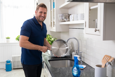 Chef Curtis Stone Shows Off Sparkling Clean Cookware Thanks to Dawn Powerwash Dish Spray (Photo: Business Wire)