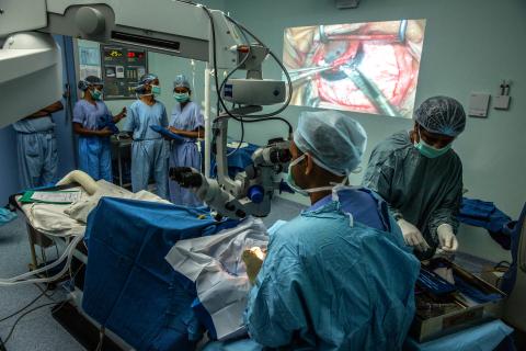 従来の角膜移植手術を実施するテジ・コーリ角膜インスティテュートの医師ら(写真:ビジネスワイヤ)