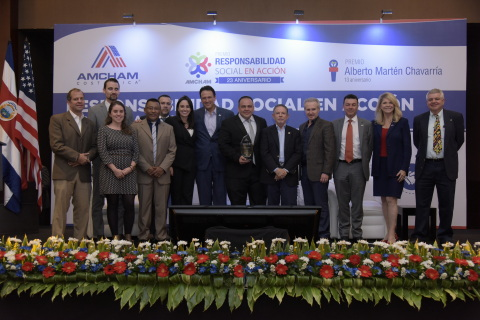 (LtoR): Roberto Cordero – Climate Change & Sustainability Services Partner (Ernst & Young). Jonatan Steinig – Technical Advisor for Business & Biodiversity in Central America & Dominican Republic Program GIZ. Melina Mardones - Technical Advisor for the Business & Biodiversity in Central America & Dominican Republic Program GIZ. José Alberto Samudio – Senior Environmental Technician. Edwin Retana - Senior Environmental Technician. Natalia Díaz – Public Affairs / Dole Tropical Products Latin America. Elías Solías – President of AmCham Costa Rica. José Pablo Masís – HR Supervisor / Standard Fruit Company of Costa Rica. André Garnier – Minister of Coordination with the private sector. Renato Acuña – President / Dole Tropical Products Latin America. Marco Tulio Escobedo – HR Director / Standard Fruit Company of Costa Rica. Sharon Day – US ambassador to Costa Rica. Rudy Amador - Regional Director Product Stewardship & Sustainable Agriculture / Dole Tropical Products Latin America. (Photo: Business Wire)