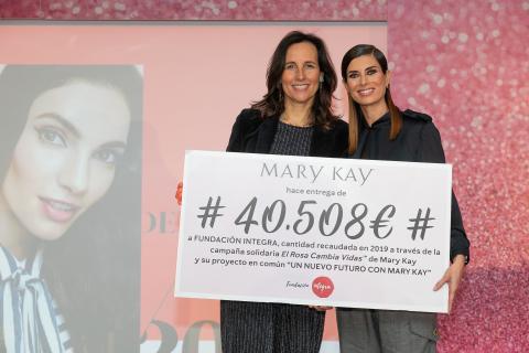 Gema Aznar y Ana Muñoz de Dios recibiendo donacion. (Photo: Mary Kay Inc.)