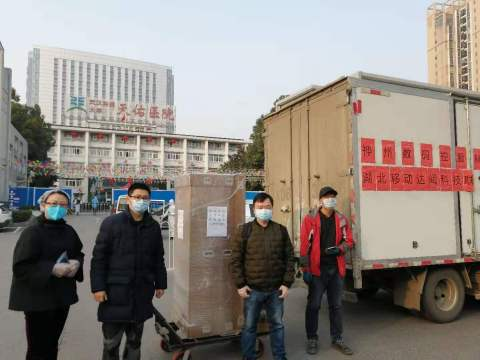 CloudMinds employees unload a robot shipment at Wuhan's Tongji Tianyou Hospital. (Photo: Business Wire)