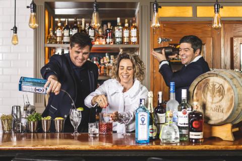 """百加得雇员参加""""回归酒吧""""活动,开启有关鸡尾酒和文化的对话。(照片:美国商业资讯)"""