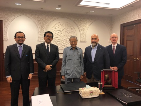Left to Right: MTDC CEO Dato' Norhalim Yunus, MTDC Chairman Tan Sri Abdul Rahman Mamat, Malaysia's Prime Minister Dr. Tun Mahathir Mohammad, GCEL Chairman Captain Samuel Salloum and GCEL Deputy Secretary General Mr. Gregory Bird. (Photo: Business Wire)
