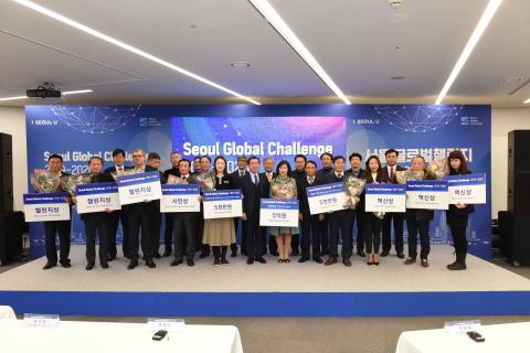 El Seoul Global Challenge 2019-2020 (Desafío global de Seúl), organizado por el Gobierno Metropolitano de Seúl y la Seoul Business Agency (SBA) (Agencia de Negocios de Seúl) para encontrar soluciones nuevas a problemas urbanos al invitar a innovadores mundiales, culminó con la ceremonia de entrega de premios. El desafío reunió a 106 empresas de todo el mundo que introdujeron productos para la competencia en tres categorías: túneles, plataformas y trenes. 3 equipos fueron elegidos como ganadores con la solución más efectiva. El ganador del primer lugar, Corning, participó en la categoría de plataforma al introducir una solución con el uso de sus filtros de panal de cerámica. Allswell ganó en la categoría de plataformas. Introdujo una solución en la que su tecnología de control de flujo de aire mejoraba la calidad del aire al optimizar el sistema de ventilación existente y eliminar eficazmente las partículas de polvo fino en la plataforma. Han-lyun System ganó en la categoría de trenes al mostrar una solución en la que los purificadores de aire para trenes combinados con cortinas de aire para puertas de trenes eliminaban partículas finas y permitían que el aire purificado permaneciera en el tren. (Fotografía: Business Wire)