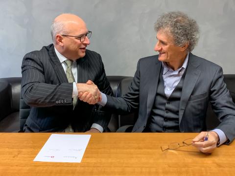 アセンド・パフォーマンス・マテリアルズのPhil McDivitt最高経営責任者(CEO)とドッターヴィオ・グループのGiancarlo D'Ottavio社長がPoliblendおよびEsseti Plast GDの買収契約に署名。(写真:ビジネスワイヤ)