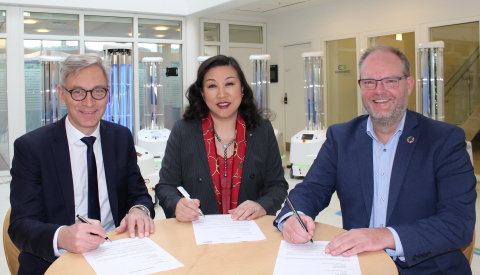 The agreement between UVD Robots and Sunay Healthcare Supply was signed Wednesday, February 19, at UVD Robots' headquarters in Odense, Denmark by (from left) Per Juul Nielsen, Chief Executive Officer, UVD Robots ApS, Su Yan, Chief Executive Officer, Sunay Healthcare Supply, and Claus Risager, Chairman of the Board, UVD Robots ApS. The reseller agreement grants Sunay Healthcare Supply exclusive rights to supply the UVD robots (visible in background) in China. (Photo: Business Wire)