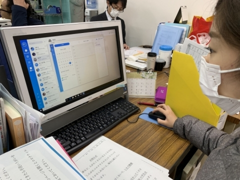 The picture shows the teacher of Tokyo COSMO School working with DingTalk. (Photo: Business Wire)