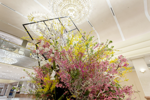 "A magnificent large flower arrangement using ""Sakura"" cherry blossoms will be displayed in the third floor main lobby to provide guests with a ideal location to take commemorative photographs from the beginning of April. (Photo: Business Wire)"