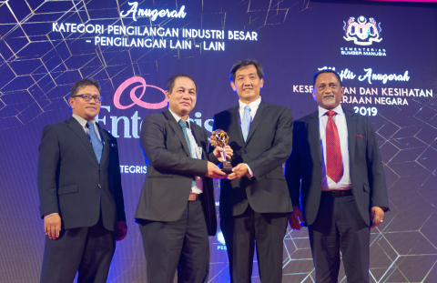 ENTEGRIS RECEIVES EXCELLENCE AWARD FOR OCCUPATIONAL SAFETY AND HEALTH (OSH) AT MANUFACTURING FACILITY IN MALAYSIA From left to right 1. Ir. Hj. Omar Bin Mat Piah (Director General, Department of Occupational Safety and Health Malaysia) 2. Dato' Amir Bin Omar (Secretary General, Ministry of Human Resource Malaysia) 3. Derek Ong (Managing Director, Entegris Malaysia) 4. Dato' Dr Syed Hussain Bin Syed Husman (Counsel Member of Malaysian Employers Federation) (Photo: Business Wire)