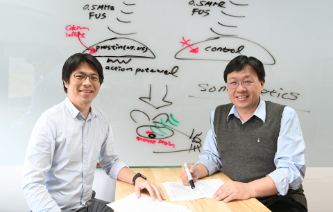 A research team led by Yu-Chun Lin (left) and Chih-kuang Yeh of NTHU has expanded application of ultrasound to the treatment of Parkinson's disease. (Photo: National Tsing Hua University)