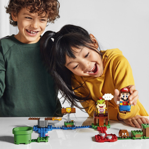 Kids playing with LEGO Super Mario (Photo: Business Wire)