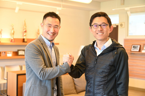 A research team led by Wu Shan-hung (left) and Liu Yi-wen of NTHU has developed an AI App for generating catchy ads. (Photo: National Tsing Hua University)