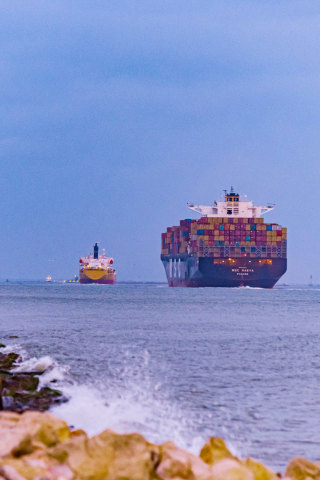 Vessel transits along the Houston Ship Channel. (Photo: Business Wire)