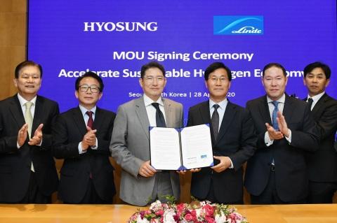 暁星は世界的な化学企業であるリンデグループと共に2022年までに合計3,000億ウォンを投資して液化水素の生産、輸送及び充填施設の設置・運営を網羅するバリューチェーンを構築することなど相互協力のための了解覚書(MOU)を28日に麻浦本社で締結した。左側から暁星 イ・サンウン副会長、リンデコリア キム・ジョンジン社長、暁星 趙顕俊(チョ・ヒョンジュン)会長、リンデコリア ソン・ベクソク会長、暁星 チョ・ヒョンサン社長、リンデコリア チョン・ソンウク常務。(写真:ビジネスワイヤ)