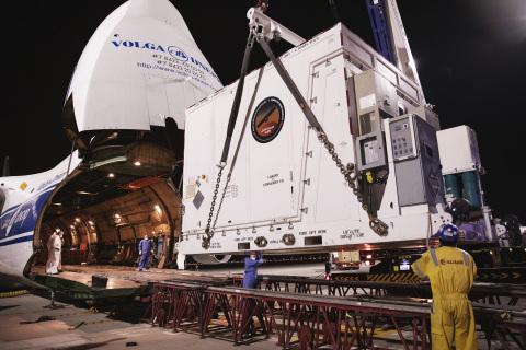 Transferring the probe via a special truck (Photo: AETOSWire)
