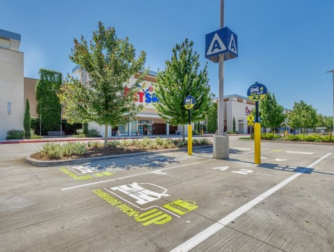 Kimco's Curbside Pickup™ program was initially rolled out to Grand Parkway Marketplace in Spring, Texas with 60 parking spots designated. (Photo: Business Wire)