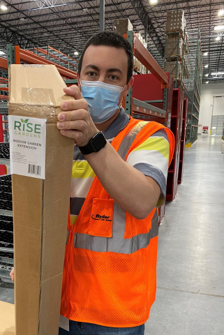 A Ryder warehouse worker follows CDC safety guidelines as he prepares to fulfill an e-commerce order for Rise Gardens from a Ryder FDA-certified facility near Dallas, where food safety is a top priority for both companies. (Photo: Business Wire)