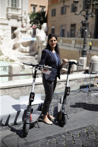 Mayor of Rome, Virginia Raggi with Helbiz e-scooters (Photo: Business Wire)