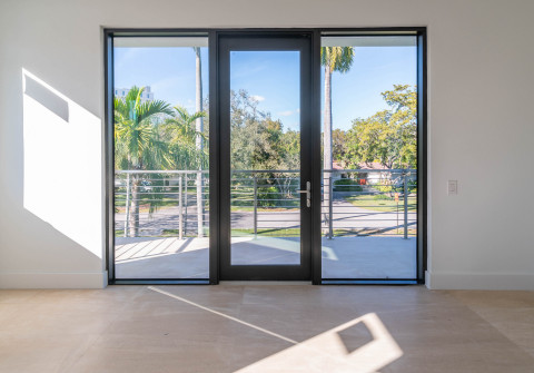 SE3450 Storefront Entry Door that now offers non-impact glass (Photo: Business Wire)