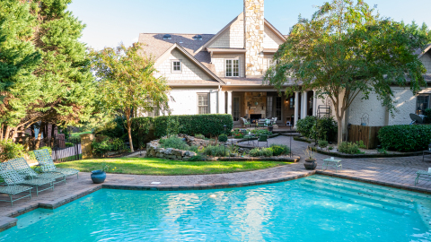 Professional landscape designer, Jane Waldrop, visits Knoxville, Tennessee residents, Andy and Courtney Herda in a new episode of the Exmark Original Series, Dream Yards. (Photo: Business Wire)