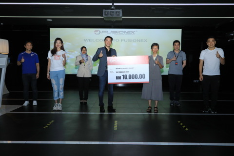 Fusionex Founder & Group CEO Dato' Seri Ivan Teh presenting a mock cheque to Assunta Children Society Director Sr. Maria Chan. Looking on are Chan Chong Ming (right), Goh Liu Ying (2nd left) and Team Fusionex. (Photo: Business Wire)