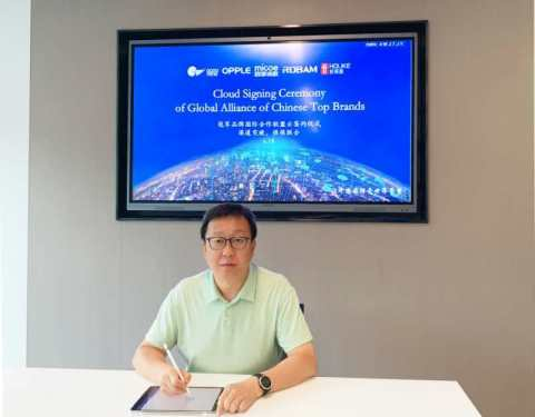 Jin Xin, General Manager of International Business Unit represented OPPLE Lighting at the cloud signing ceremony. (Photo: Business Wire)