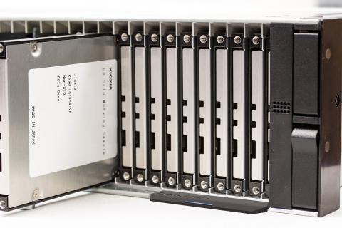 キオクシアのE3.S SSD評価モデルを、48台搭載可能な2U サイズのラックマウントサーバー試作機で実証検証(使用イメージ) (写真:ビジネスワイヤ)