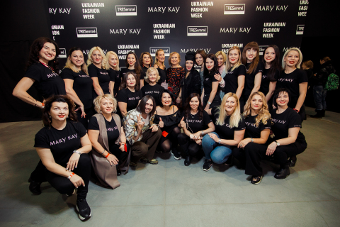 Mary Kay Ukraine Makeup Artist Martelle and fashion designer Volodymyr Demchynkskyi of Dastish Fantastish with Mary Kay beauty experts (Photo: Mary Kay)