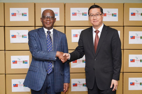 Vice Foreign Minister Miguel Li-jey Tsao (right) shook hands with Robert Seraki Matsebe, head of South Africa's liaison office in Taipei on May 26, when 50,000 surgical masks were donated to the African republic. The masks would be distributed to doctors and nurses treating patients infected with the COVID-19 virus. (Photo: CNA Photo, courtesy of the Ministry of Foreign Affairs)