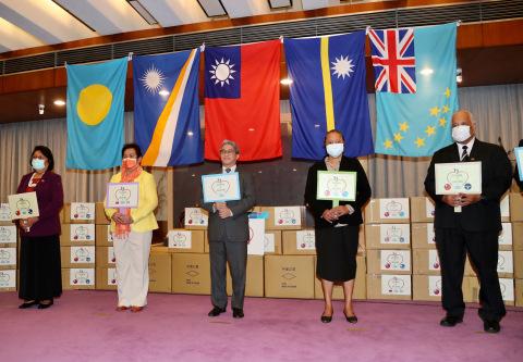 Stellvertretender Außenminister Szu-chien Hsu (Mitte) saß einer Zeremonie in Taipei am 15. April vor, während welcher Masken an die vier pazifischen Bündnispartner Taiwans Palau, die Marshallinseln, Nauru und Tuvalu gespendet wurden. (Foto: CNA Photo)
