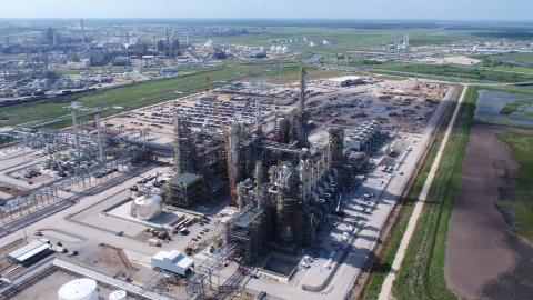 Fluor served as the construction contractor for MEGlobal's world-scale 750,000 metric-ton-per-annum monoethylene glycol and di-ethylene glycol facility in Oyster Creek, Texas. (Photo: Business Wire)