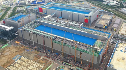 Samsung Pyeongtaek line 2, the largest-scale semiconductor production line (Photo: Business Wire)