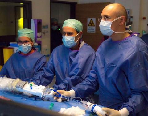 Von rechts nach links: Prof. Hans Kottkamp (Sana Hospital Benrath in Düsseldorf), Ashkan Sardari (Project Manager, Kardium), und Nele Thoms (Field Clinical Specialist, Kardium) während dem ersten kommerziellen Eingriff mit dem Globe Mapping und Ablations System (Photo: Business Wire)