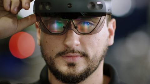 Mercedes-Benz Virtual Remote Support with Microsoft HoloLens 2 and Dynamics 365 Remote Assist. (Photo: Business Wire)
