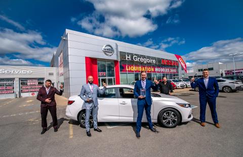 Le directeur général chez Nissan Saint-Eustache, Jonathan Cameron, accompagné de son équipe, reçoit le prix mondial d'excellence Nissan. (Photo: Business Wire)